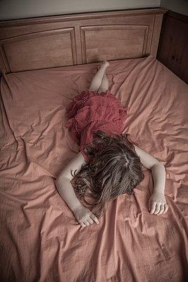 Mädchen im Bett - p397m1028133 von Peter Glass