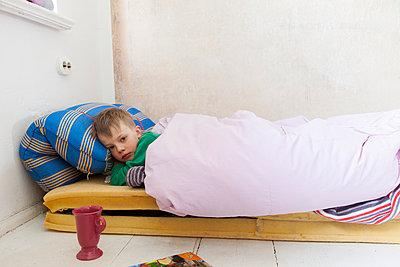 Kranker Junge im Bett - p435m887486 von Stefanie Grewel