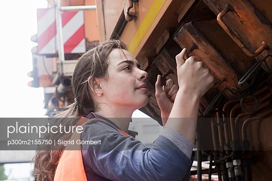 Female technician examining truck - p300m2155750 by Sigrid Gombert