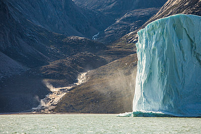 Melting iceberg and river rushing down from the mountain. - p1166m2292762 by Cavan Images