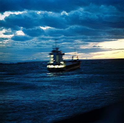 A boat in the sunset - p567m720724 by Sandrine Agosti Navarri
