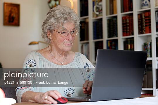 Ältere Frau am Laptop - p1221m1589738 von Frank Lothar Lange