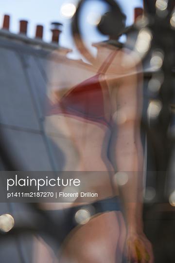 Frau in Dessous am Fenster - p1411m2187270 von Florent Drillon