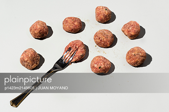 Raw meatballs on a light gray background - p1423m2149805 by JUAN MOYANO