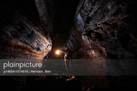 Mann in einer Höhle - p1460m1574616 von Herndon, Ben