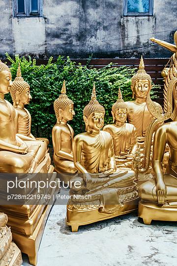Thailand, Bangkok, Golden buddha statues - p728m2219749 by Peter Nitsch