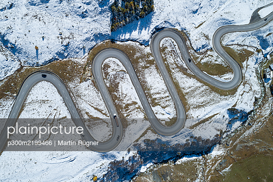 Switzerland, Canton of Grisons, Drone view of winding road inJulierPass - p300m2199466 by Martin Rügner