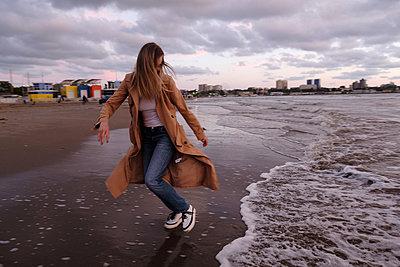 Junge Frau am Meer - p1363m2122466 von Valery Skurydin