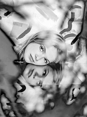 Blonde woman, portrait - p1484m2158404 by Céline Nieszawer