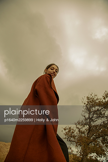 Young woman in brown coat, portrait - p1640m2259899 by Holly & John