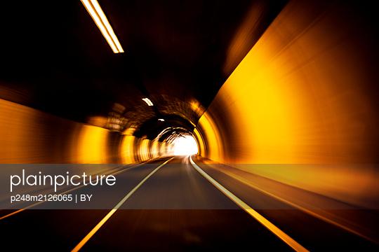 Straßentunnel mit Licht am Ende des Tunnels - p248m2126065 von BY