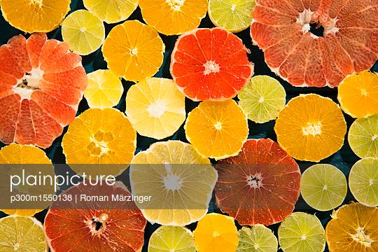 Sliced citrus fruits - p300m1550138 by Roman Märzinger