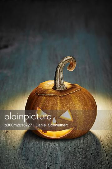 Halloween, pumpkin on wooden table - p300m2213727 by Daniel Schweinert