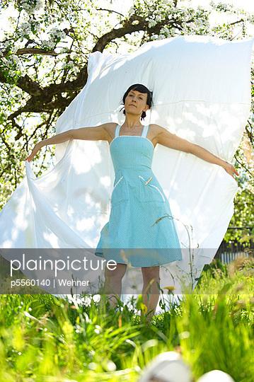 Frau mit frischer Wäsche - p5560140 von Wehner