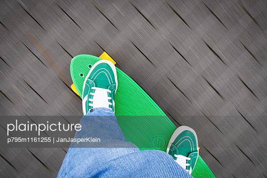 Skateboard fahren - p795m1161255 von Janklein