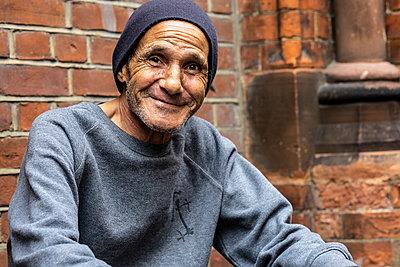 Freundlicher älterer Mann - p1367m2056831 von Teresa Walton