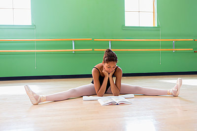 Mixed race ballerina studying in studio - p555m1463776 by Marc Romanelli