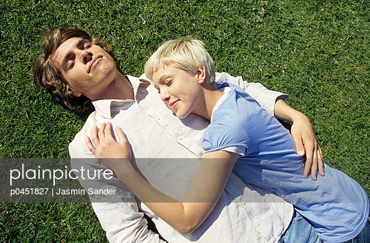 Junges Paar im Gras - p0451827 von Jasmin Sander