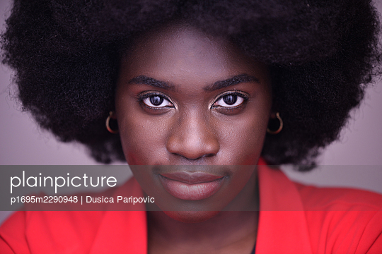 Woman with red lipstick and Afro hairstyle - p1695m2290948 by Dusica Paripovic