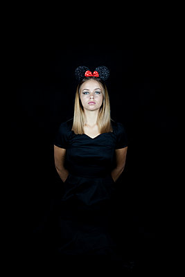 Young woman wearing mickey mouse ears - p1105m2115299 by Virginie Plauchut