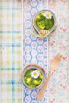 Springtime salad in glasses, avocado and cress, daisy - p300m1130158f von Larissa Veronesi