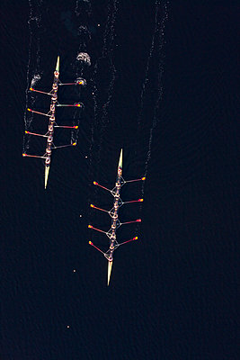 Elevated view of two rowing eights in water - p300m973805 by zerocreatives