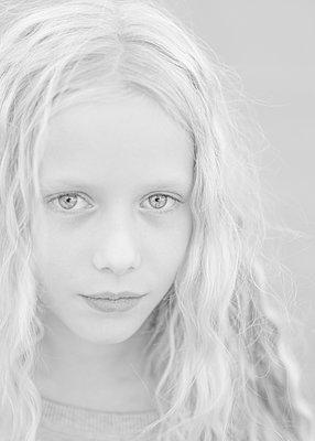 Blonde girl - p552m2124863 by Leander Hopf