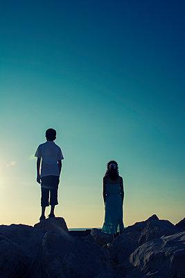 Sonnenuntergang, Junge und Mädchen am Meer  - p794m1492967 von Mohamad Itani