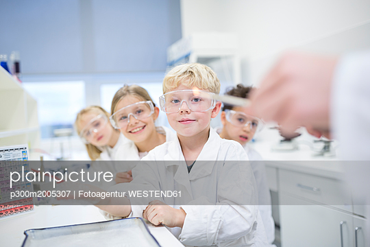 Portrait of smiling pupils in science class - p300m2005307 von Fotoagentur WESTEND61