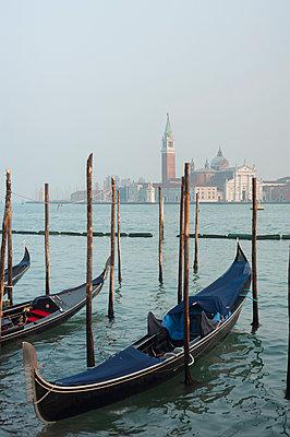 Gondeln in Venedig - p1609m2183956 von Katrin Wolfmeier