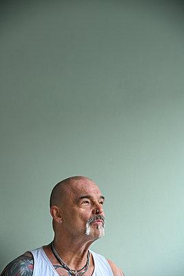 Tattooed man, portrait - p427m2272328 by Ralf Mohr