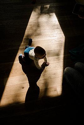 Baby beim Krabbeln - p586m1118950 von Kniel Synnatzschke