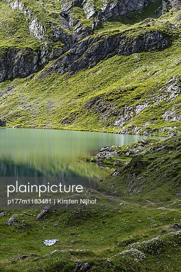 Bergsee in den Tiroler Alpen - p177m1183481 von Kirsten Nijhof
