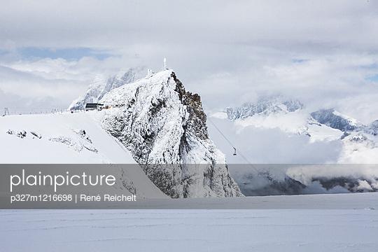 Verschneite Gebirgskette mit Seilbahn - p327m1216698 von René Reichelt