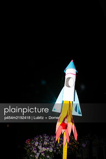 Taking off - p454m2192418 by Lubitz + Dorner