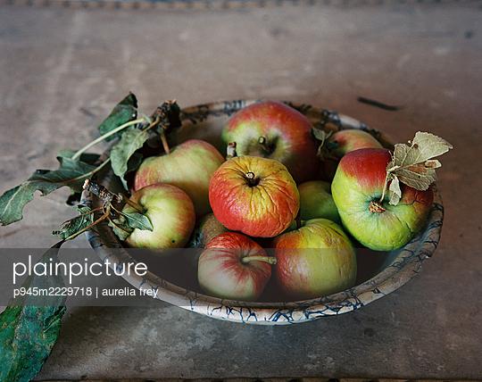 Obstschale mit Äpfeln - p945m2229718 von aurelia frey