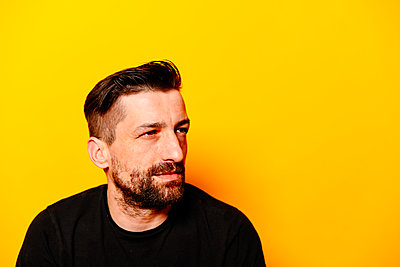 Man in front yellow background, portrait - p1267m2272514 by Jörg Meier