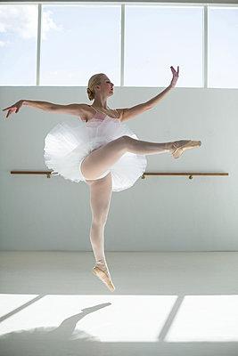 Ballerina practicing a ballet dance - p1315m1230691 by Wavebreak