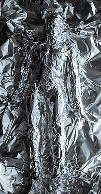 Silhouette of a man modelled in aluminium foil - p1682m2278856 by Régine Heintz