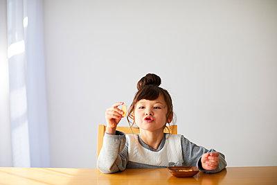 Cute Japanese kid having a snack - p307m2003755 by Yosuke Tanaka