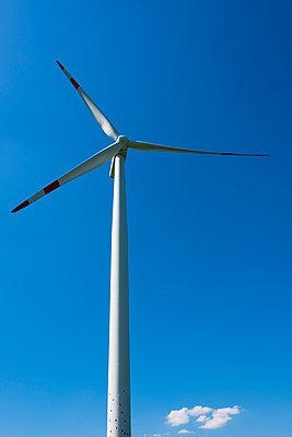 Windrad und blauer Himmel - p488m1048444 von Bias