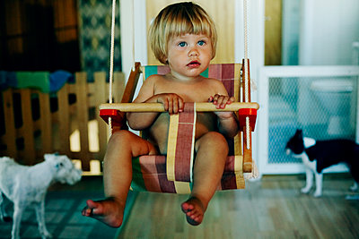 Toddler girl in a swing - p972m1136641 by Felix Odell