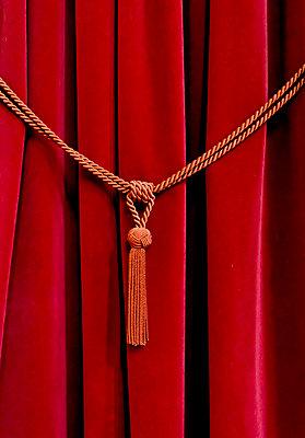 Vorhang an einem Beichtstuhl - p979m1146633 von Martin Kosa