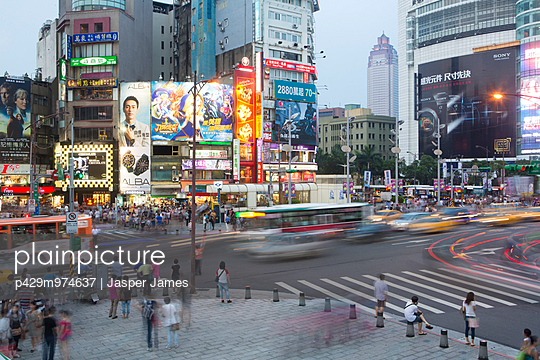 Crowds and traffic at dusk, Ximending, Taipei, Taiwan, China - p429m974637 by Jasper James