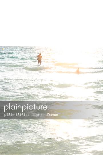 Catching the waves - p454m1516144 by Lubitz + Dorner