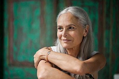 Portrait of a beautiful senior woman - p300m1535143 by Steve Brookland