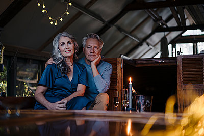 Portrait of senior couple having a candlelight dinner on a boat in boathouse - p300m2156233 von Gustafsson