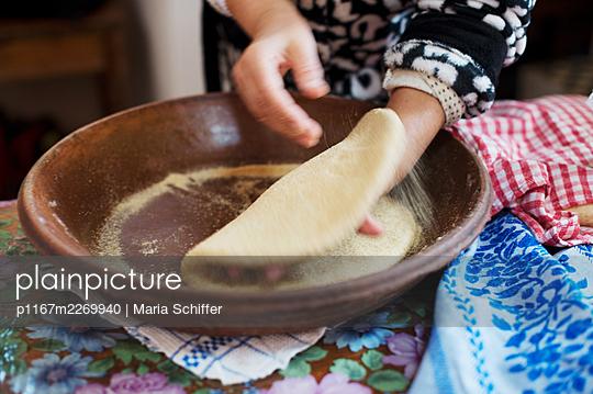 Morocco, Preparing flat bread - p1167m2269940 by Maria Schiffer