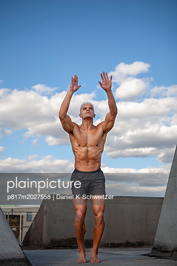 plainpicture - plainpicture p817m2027558 - Boybuilder, workout at the ... - plainpicture/Daniel K Schweitzer