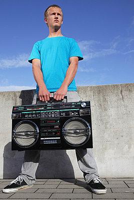 Junger Mann mit Ghettoblaster - p0452917 von Jasmin Sander
